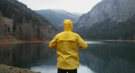 Hombre-admirando-la-vista-del-lago-Lakeside