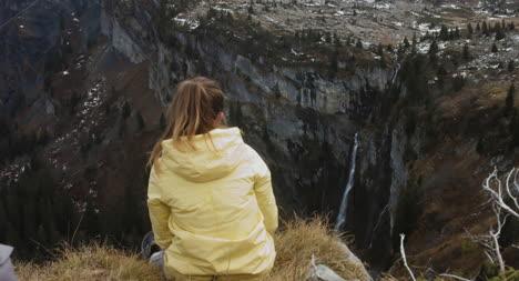 Excursionista-en-el-borde-del-acantilado