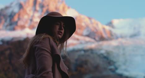 Mujer-De-Moda-Por-Montaña-Fashionable-Woman-by-Montaña