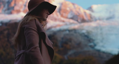 Mujer-Elegante-Por-Montaña-Stylish-Woman-by-Montaña