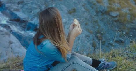 Excursionista-comiendo-picnic-por-cascada-05