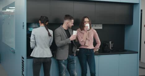 Empleados-de-oficina-en-Coffee-Break