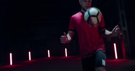 Jugador-de-fútbol-pateando-la-pelota-03