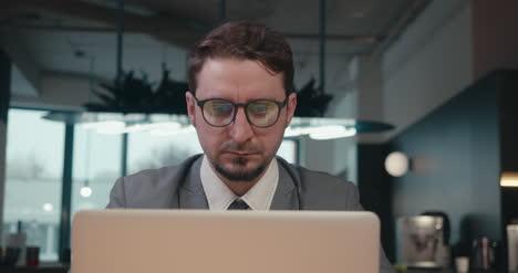 Mann-Im-Anzug-Mit-Laptop