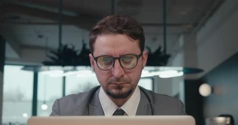 Geschäftsmann-Mit-Laptop