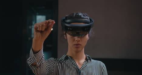 Businesswoman-Using-VR