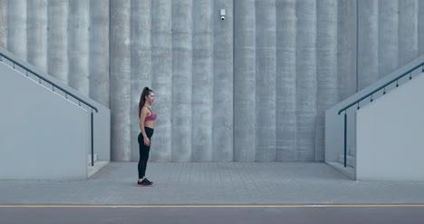 Mujer-estirando-antes-de-correr-01