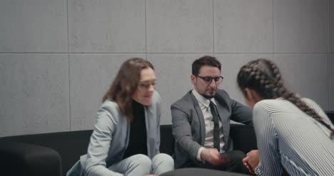 Kandidaten--Und-Interviewer-Handshake-01