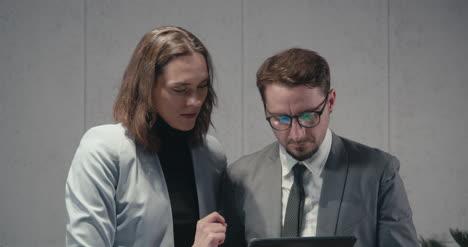Hombre-y-mujer-discutiendo-tableta-01