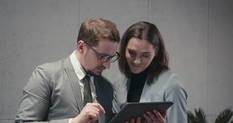 Hombre-y-mujer-discutiendo-tableta-02