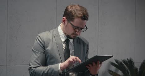 Hombre-de-negocios-usando-la-tableta-02