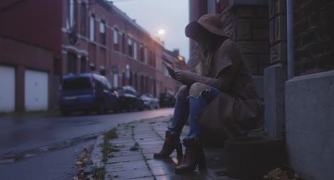 Woman-On-Teléfono-in-Street