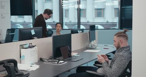 Gelangweilter-Büroangestellter