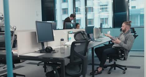 Büroangestellte-Wirft-Papier