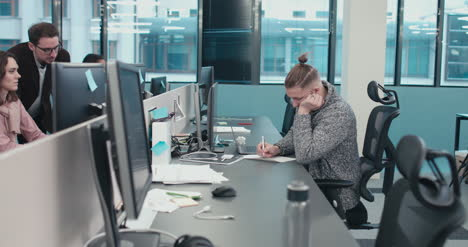 Büroangestellter-Schreibt-Notizen-01