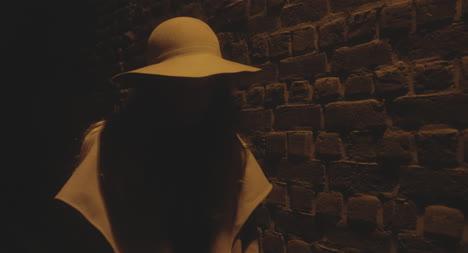 Frau-Die-Nachts-Den-Hut-Entfernt