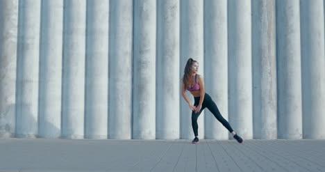 Mujer-estirando-en-ropa-deportiva