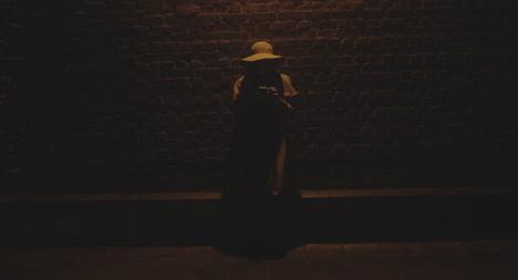 Mujer-joven-en-el-teléfono-en-la-noche-01