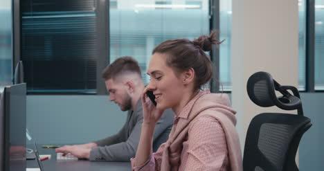 Büroangestellter-Am-Telefon-02