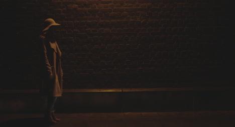 Junge-Frau-In-Der-Nacht-02