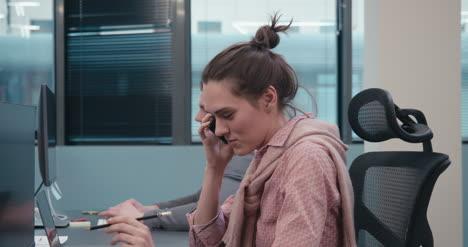 Oficinista-hablando-por-teléfono-01