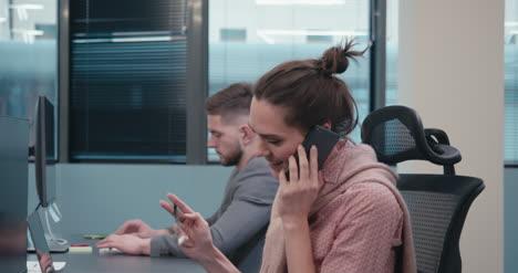 Büroangestellter-Telefoniert-02