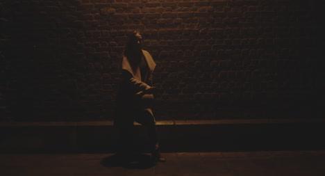 Frau-Tanzt-Nachts-An-Der-Wand