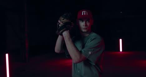 Lanzador-de-béisbol-lanzando-pelota