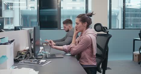 Mujer-en-el-teléfono-en-la-oficina