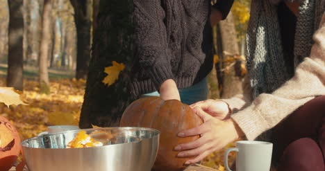Tallado-familiar-de-calabazas-de-Halloween-38