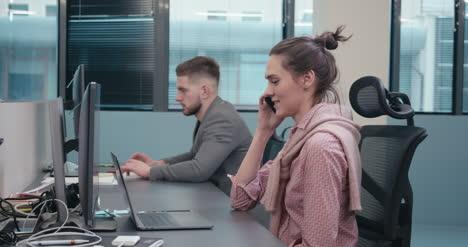 Büroangestellter-Beim-Telefonieren