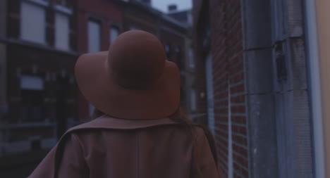 Mujer-caminando-por-la-calle