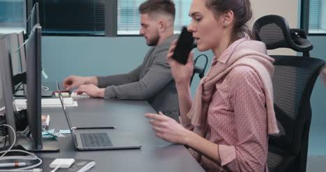 Büroangestellter-Beantwortet-Anruf