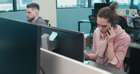 Büroangestellter-Am-Telefon