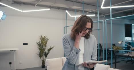 Executive-Am-Telefon-Mit-Papierkram-01