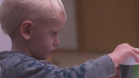 Niño-Tratando-De-Abrir-El-Recipiente-En-La-Cocina-4k