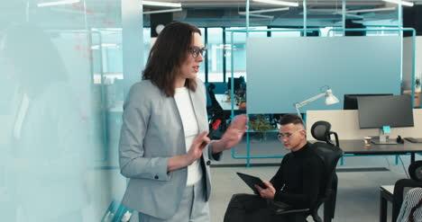 Frau-Leitet-Büromeeting