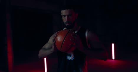 Jugador-de-baloncesto-sosteniendo-la-bola-02