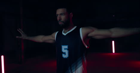 Jugador-de-baloncesto-sosteniendo-la-pelota-04