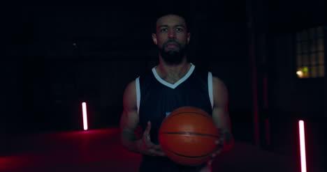 Jugador-de-baloncesto-con-pelota-02
