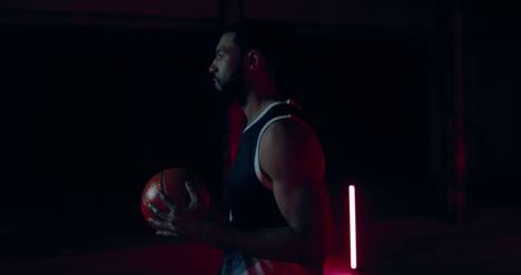 Basketballspieler-Mit-Ball-03