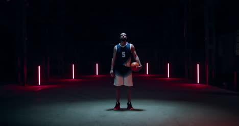 Jugador-de-baloncesto-caminando