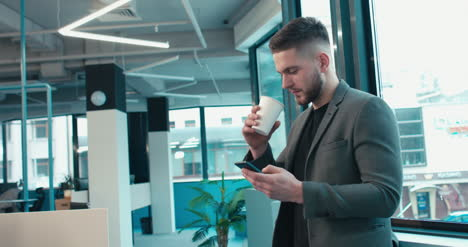 Man-in-Suit-on-Teléfono-and-Coffee