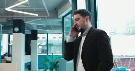 Hombre-profesional-haciendo-llamadas