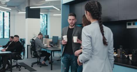 Coffee-Break-en-la-oficina-ocupada
