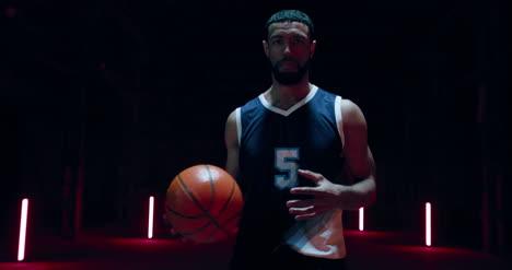 Bola-de-lanzamiento-de-jugador-de-baloncesto