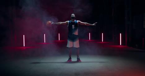 Jugador-de-baloncesto-con-los-brazos-extendidos