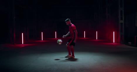 Fußballspieler-Der-Ball-Tritt
