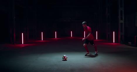 Jugador-de-fútbol-pateando-fútbol-01