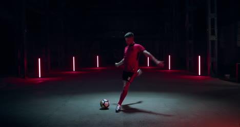 Jugador-de-fútbol-pateando-fútbol-02